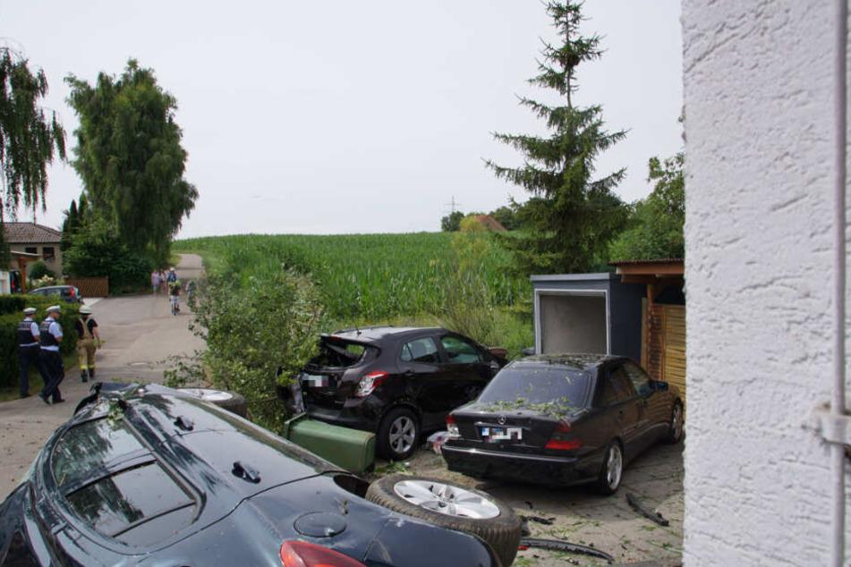 Die Frau flüchtete nach ihrer Kollision mit einem Radfahrer durch ein Maisfeld und übersah die beiden parkenden Pkw.