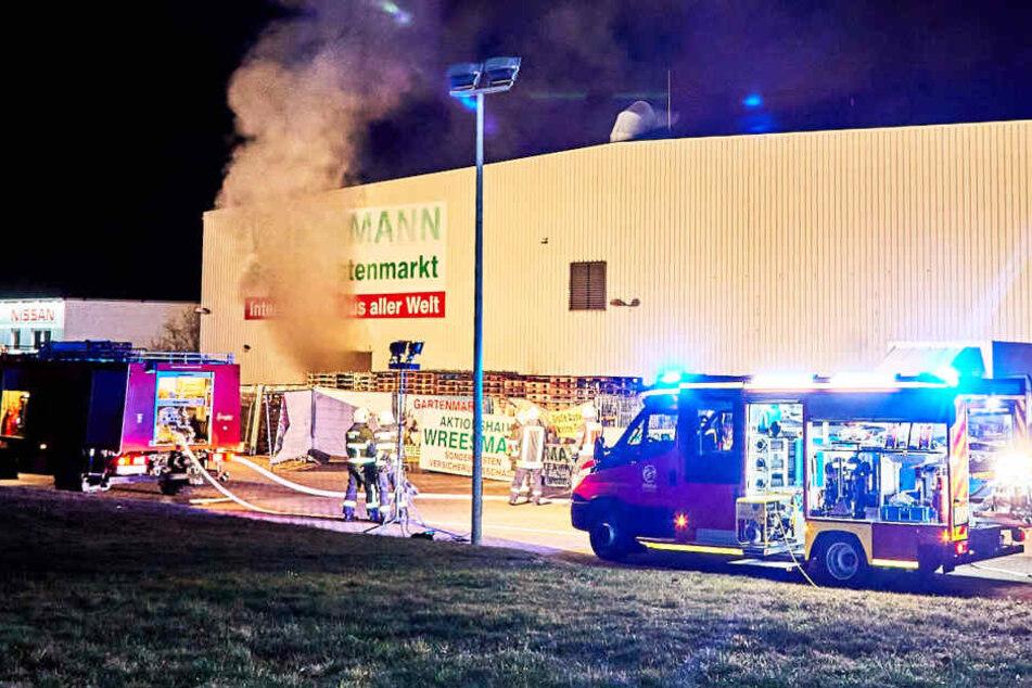 Rauch stieg stieg gut sichtbar aus dem Lager des Geschäfts.