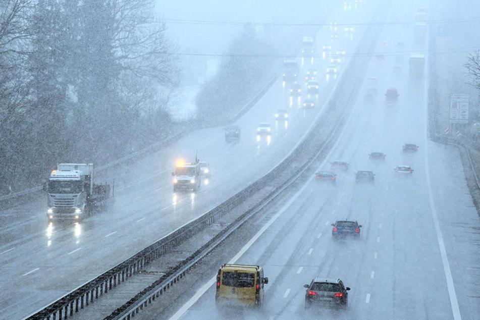Bei winterlichen Bedingungen sind Fahrzeuge vorsichtig über die A8 unterwegs.