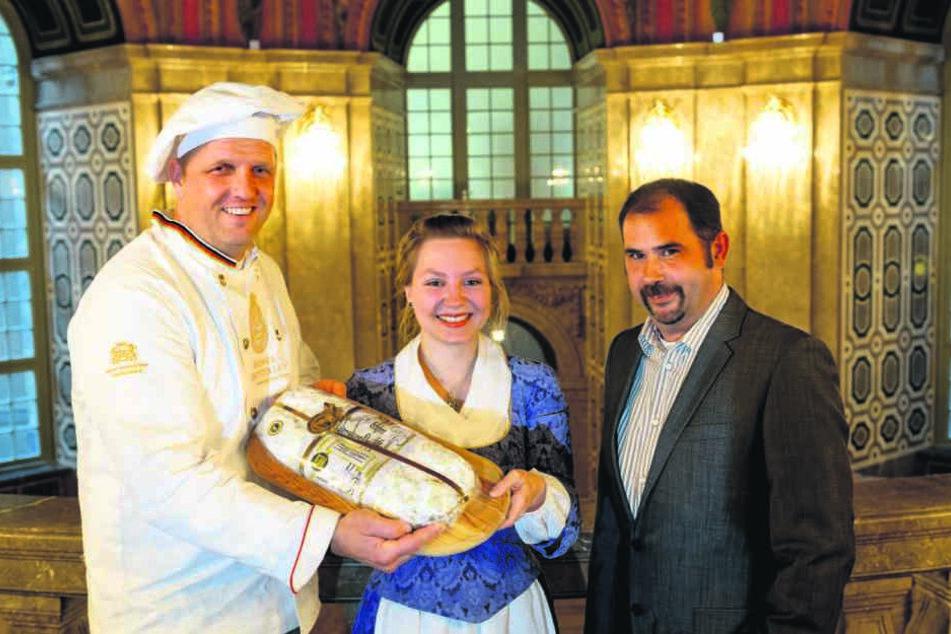 Das Stollenfest am 8. Dezember zählt wieder zu den Höhepunkten. Bäckermeister René Krause (42), Stollenmädchen Lina Trepte und Programm-Chef Alexander Siebeke (46) freuen sich schon.