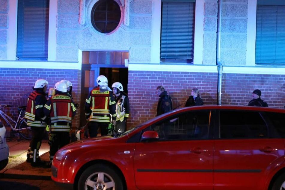 Unbekannte hatten einen Fahrradanhänger in Brand gesetzt.