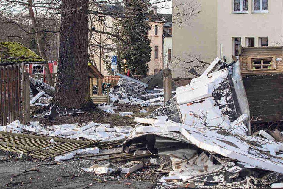 """Das Dach der Kita """"Märchenland"""" in Netzschkau wurde durch Sturmböen abgedeckt."""