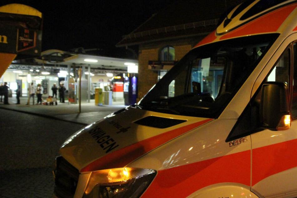 Ein Rettungswagen steht vor dem Bahnhof.