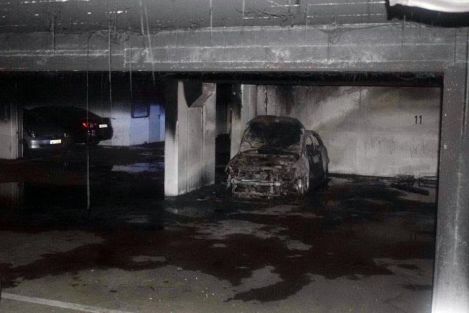 Bei dem Brand in der Tiefgarage entstand Sachschaden an PKW und Gebäude.