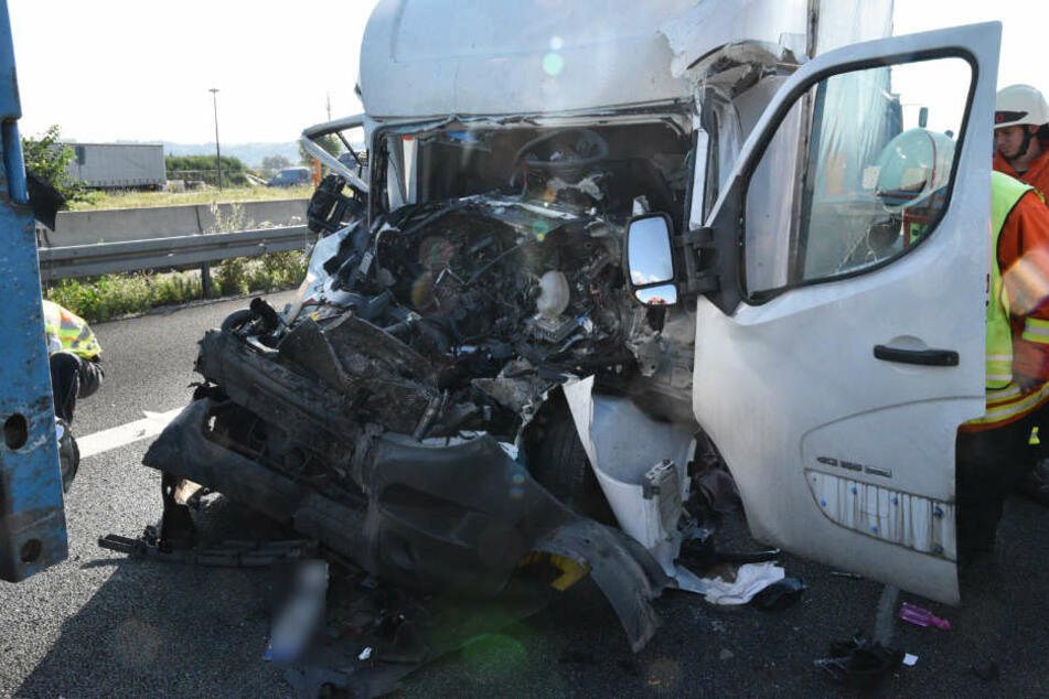 Der Fahrer wurde im Wrack seines Transporters eingeklemmt, kam ins Krankenhaus.