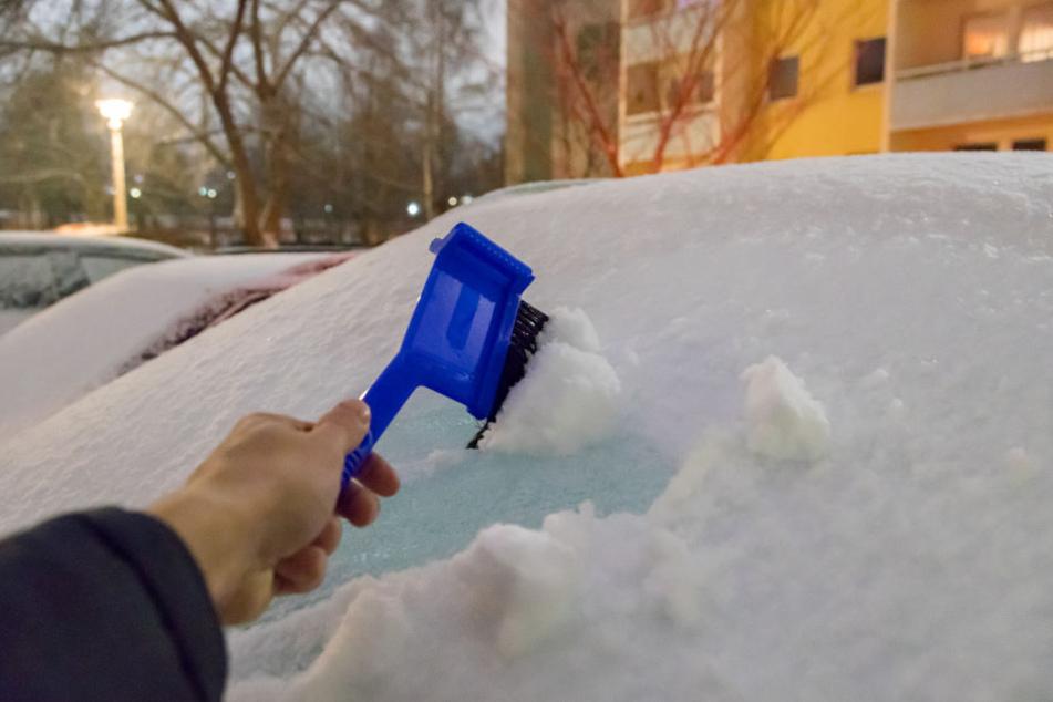 Bus zu drei Zentimeter Schnee hat es über Nacht gegeben. Viele Autofahrer müssen da am Montag erstmal ihre Autos von der Schneedecke befreien.