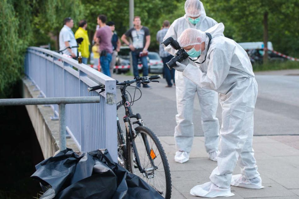 Ein Ermittler der Polizei fotografiert in Neuallermöhe das Fahrrad des Opfers.