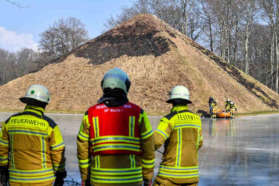 Über die Eisfläche verschafften sich Feuerwehrmänner Zutritt zur Seepyramide.