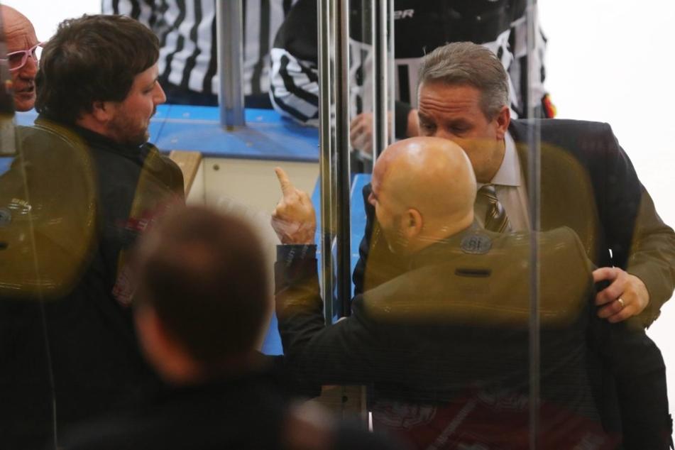 Kassel-Trainer Rico Rossi (mir erhobenem Finger) regt sich über Frankfurts Stadionsprecher Rüdiger Storch (ganz links) auf.