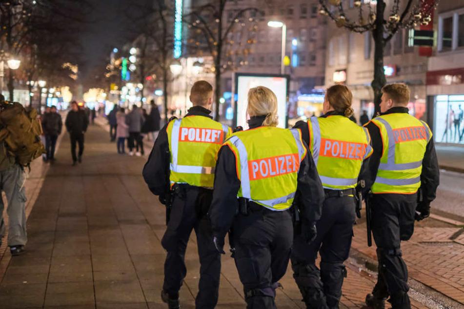 Polizisten patrouillieren in der Innenstadt von Hannover. Kontrollen sollten das Feuerwerksverbot durchsetzen.