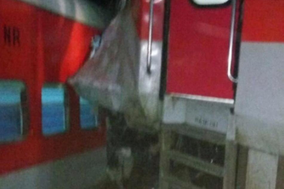 Zug rammt Lastwagen und entgleist: Mehr als 40 Verletzte