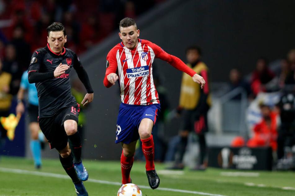 Lucas Hernandez (r) von Atletico Madrid im Zweikampf mit Mesut Özil vom FC Arsenal.