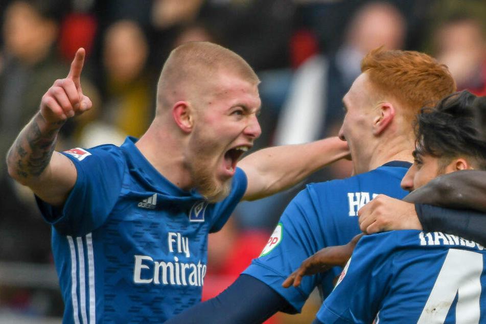 Rick van Drongelen (links) jubelt mit Torschütze David Bates über dessen ersten Treffer im HSV-Dress.