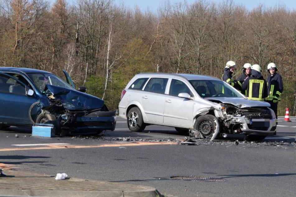 Opel crashen frontal ineinander, mehrere Personen verletzt