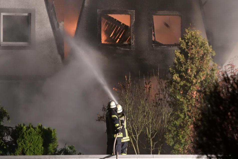 Feuer-Drama an Heiligabend: Rettungskräfte bergen Leiche aus brennendem Reihenhaus