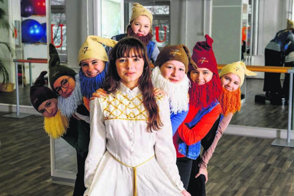 Schneewittchen und die sieben Zwerge von der Luxor Dance Company proben für die große Märchen-Revue in der Herkuleskeule.