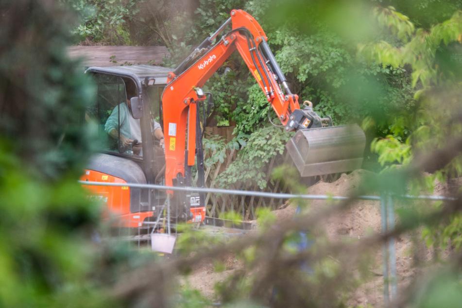 Ein Bagger kommt bei dem Polizeieinsatz in der Kleingartenanlage in der Region Hannover zum Einsatz.