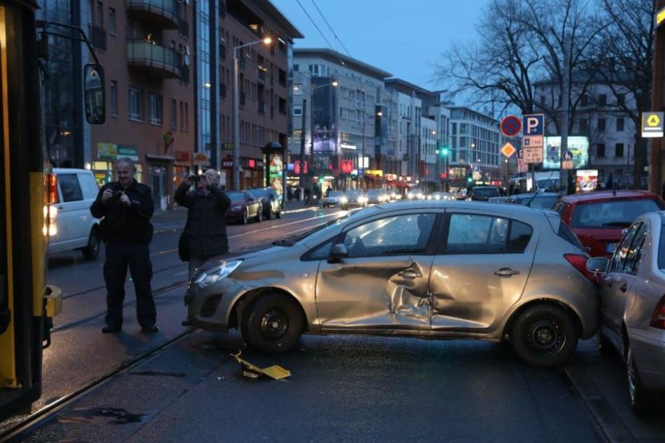 Beim Ausparken wurde der Opel Corsa von der Bahn in Richtung Postplatz erwischt.