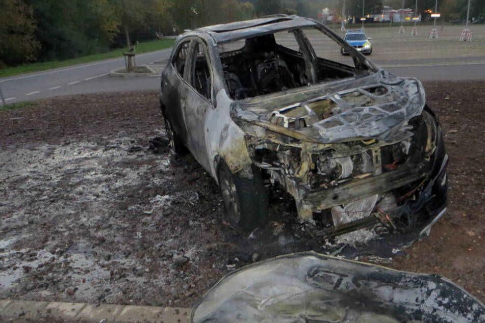 Viel ist nicht von dem ausgebrannten Auto nicht übrig geblieben.