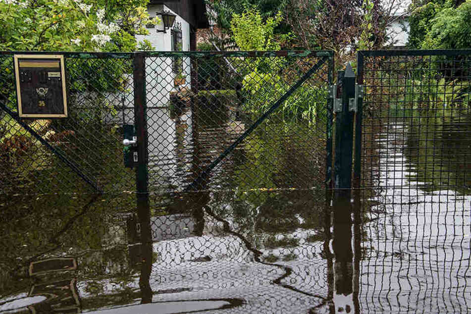 Teilweise stand das Wasser bis über die Knie in der Siedlung. Neben fehlenden fließenden Wasser musste auch der Strom abgestellt werden. Selbst der Postbote kam nicht mehr.