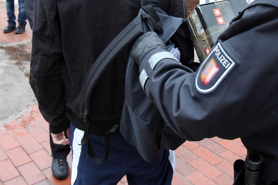 Pistole fällt in der Schule aus Rucksack von 15-Jährigem