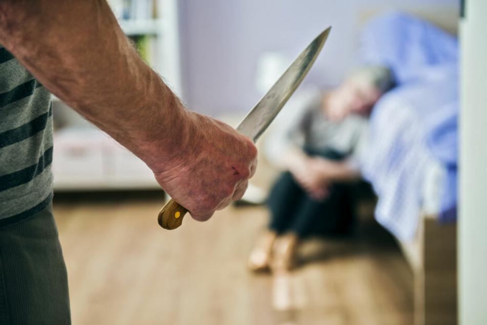 Urteil soll fallen: Mann verletzte Ehefrau mit Messer und Stuhlbein schwer