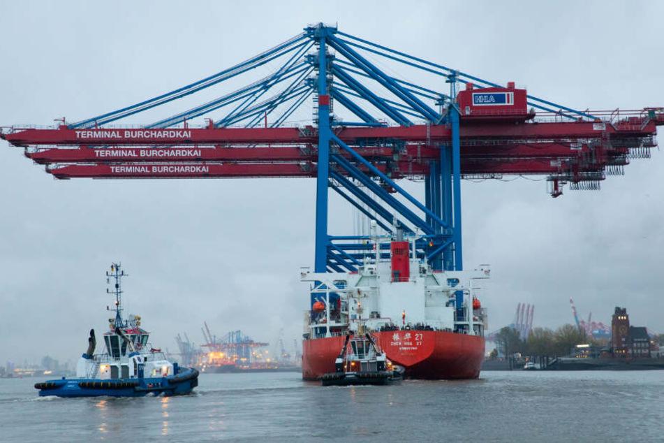 """Das Spezialschiff """"Zhen Hua 27"""" brachte die drei Container-Brücken aus China nach Hamburg."""