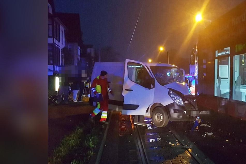 Straßenbahn stößt mit Transporter zusammen: Fahrer lebensbedrohlich verletzt