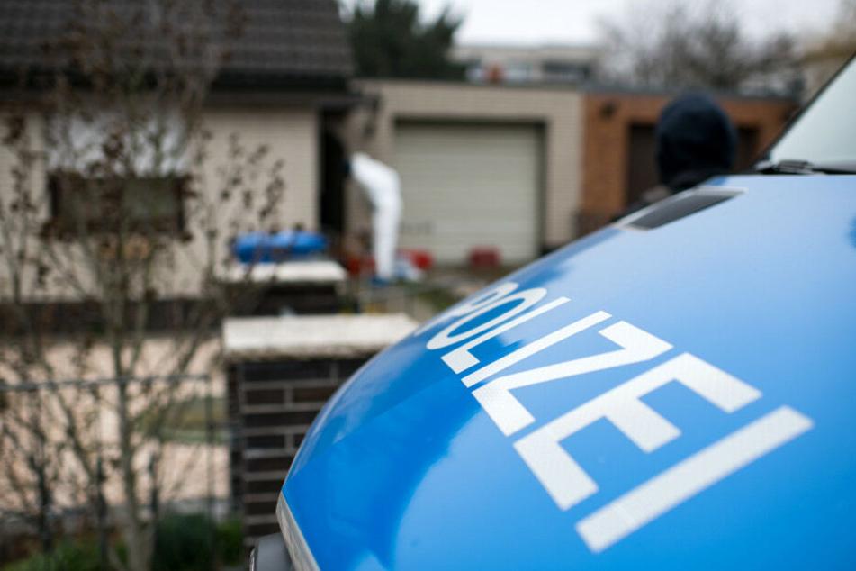 Ein Polizeiauto parkt vor dem Haus von Rebeccas Schwester!