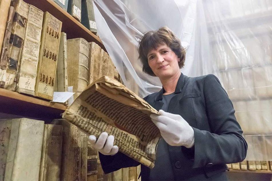 Ines Lorenz verwaltet im Stadtarchiv wichtige Freiberger Dokumente, darunter 3100 Urkunden - die älteste ist aus dem Jahr 1224.