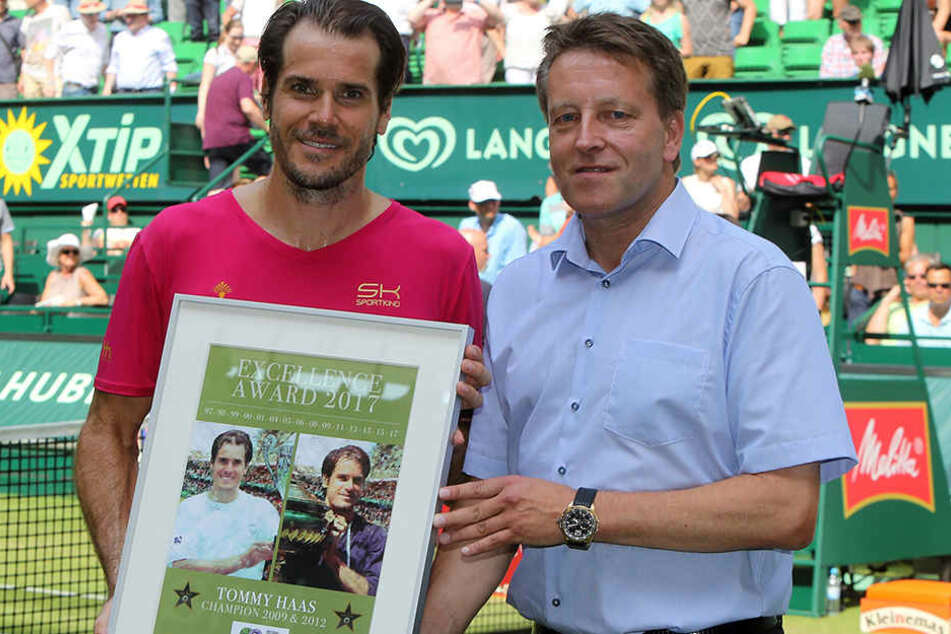 """Turnierdirektor Ralf Weber (r.) zeichnete Tommy Haas mit dem """"Excellence Award"""" aus."""