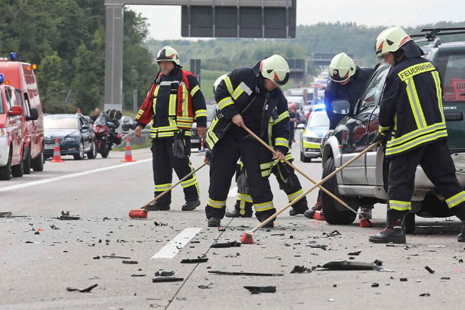 Die Autobahn glich nach dem Crash einem Trümmerfeld.