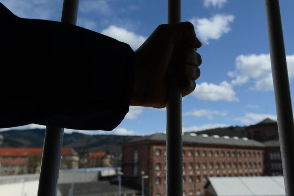 Der Flüchtige verbüßte seit mehr als 20 Jahren eine lebenslange Haftstrafe wegen Mordes in Tateinheit mit Raub mit Todesfolge. (Symbolbild)