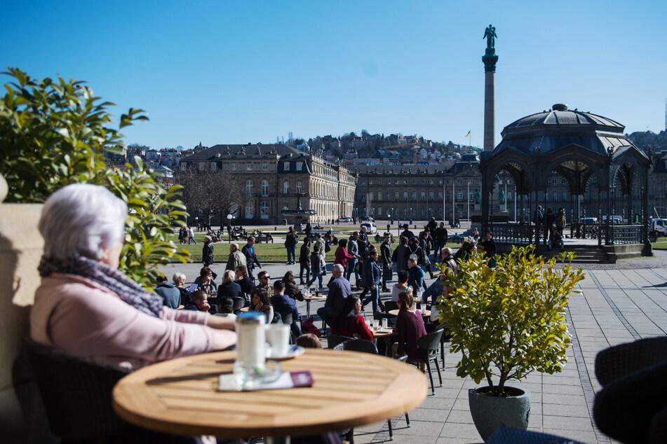 Blick auf den Stuttgarter Schlossplatz. In der Landeshauptstadt ist die Inzidenz am Freitag gestiegen. (Archiv)