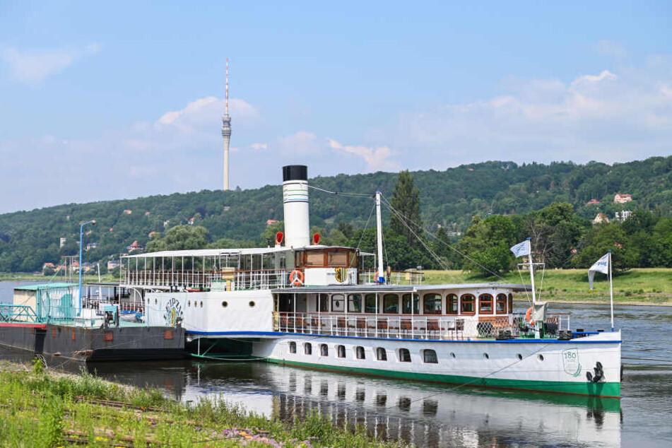 """Dampfer """"Leipzig"""" auf der Intensivstation: Der 90 Jahre alte Stolz der Weißen Flotte lag tagelang zur Reparatur am Anleger der Laubegaster Werft fest."""