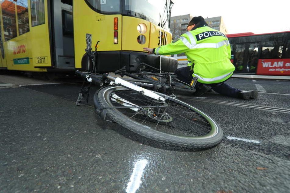 Schwerer Unfall in Dresden: Straßenbahn erfasst Radfahrerin: Fuhr sie bei Rot?