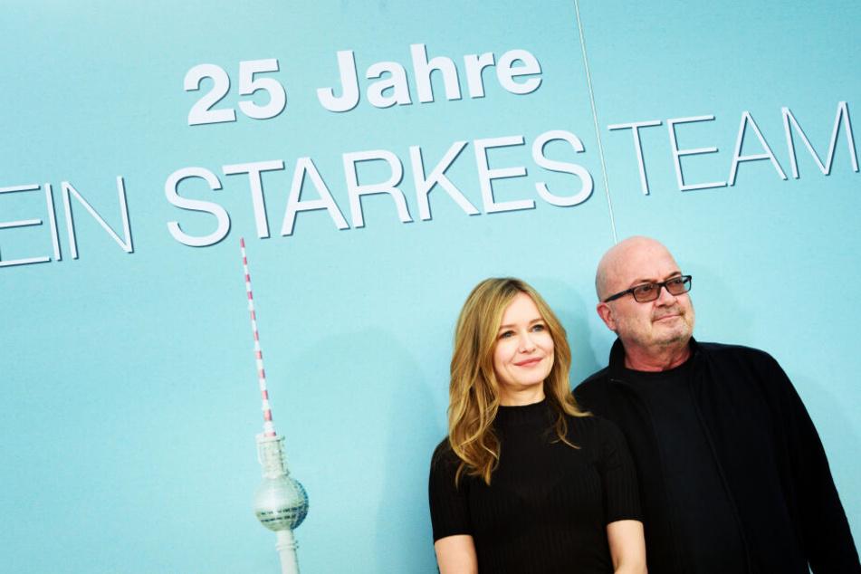 """Die Schauspieler Stefanie Stappenbeck (l.) und Florian Martens stehen vor ihrer """"Ein Starkes Team""""-Wand."""