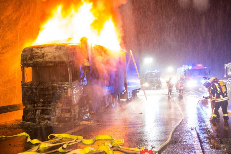Das schnelle Eintreffen der Feuerwehr verhinderte ein Übergreifen der Flammen auf den Anhänger.