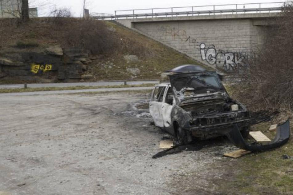 Schrottreifes Auto unter Brücke abgefackelt