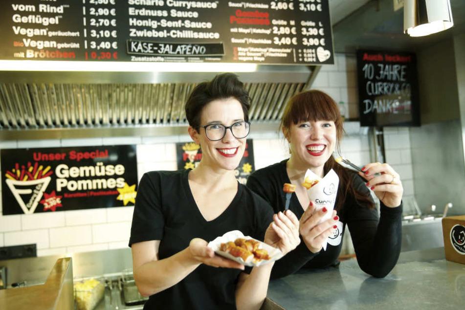 """Von wegen nicht innovativ! Simone (35, l.) und Susanne Meyer-Götz (39) bauen  ihren """"Curry & Co""""-Imbiss zum Franchise-Unternehmen aus."""
