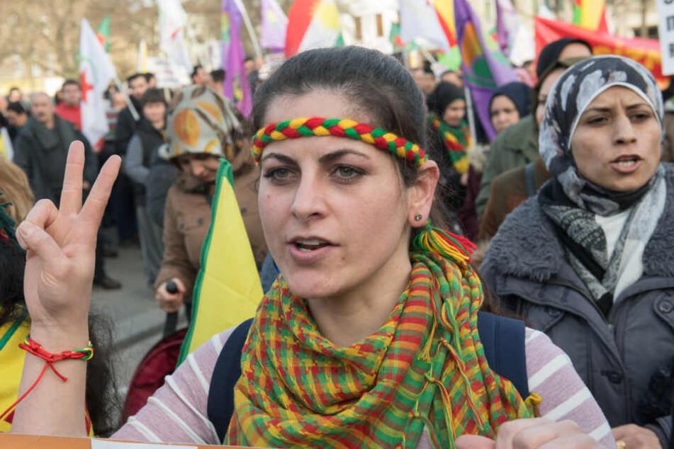 Kurden-Demos gab es am Montagabend unter anderem in Nordrhein-Westfalen, Hamburg und Berlin (Foto).