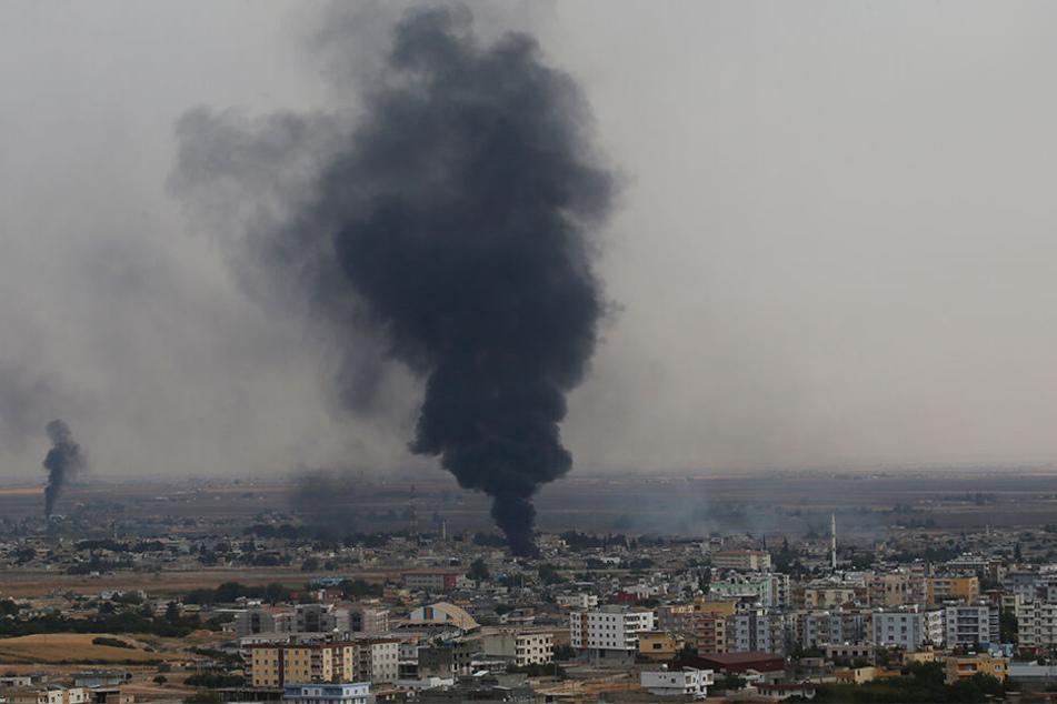 Nach Angriffen des türkischen Militärs an der Grenze zu Syrien steigen Rauchschwaden auf.
