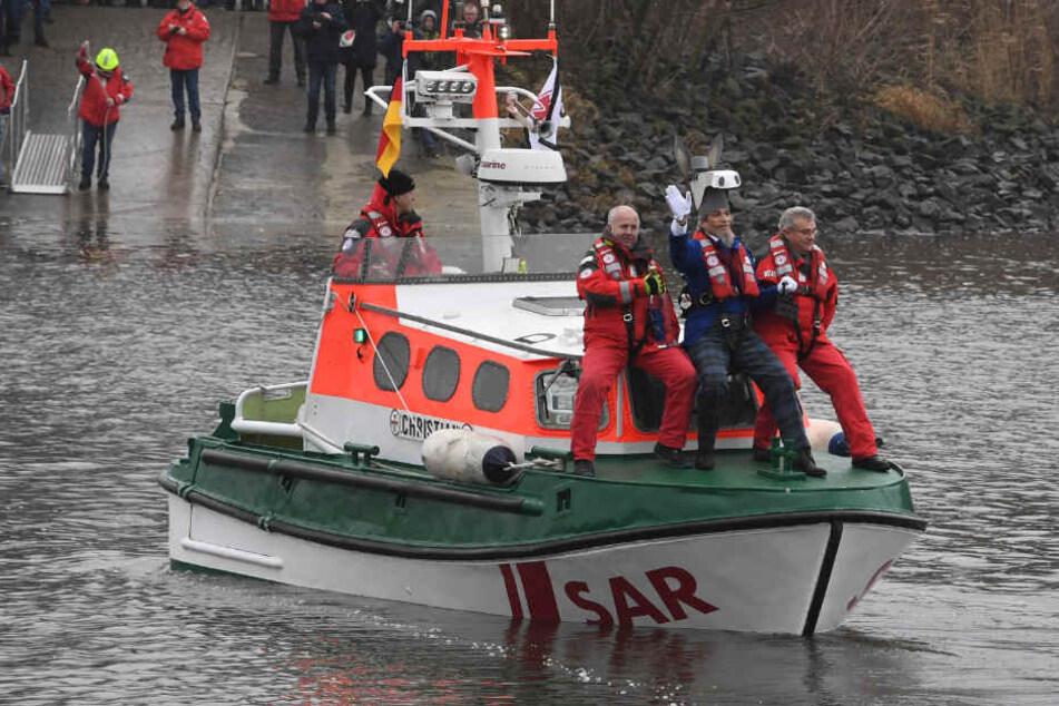Bei der Eiswette überquert Eiswettenschneider Peter Lüchinger auf einem Rettungsboot der DGzRS trockenen Fußes die Weser.