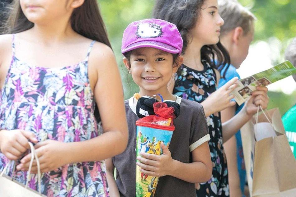 Aurora Sofia (7) ergatterte noch eine Zuckertüte im Zoo.