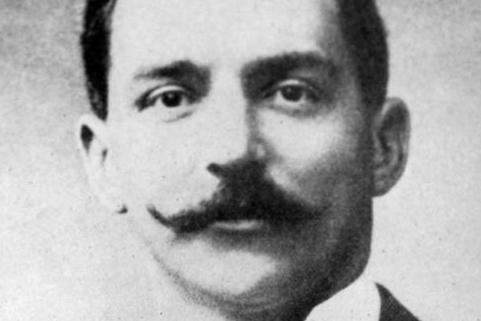 Bruce J. Ismay, der Vorstand der White Star Lines, überlebte das Unglück. Er soll die Offiziere zur Verschwiegenheit über das Feuer gezwungen haben.