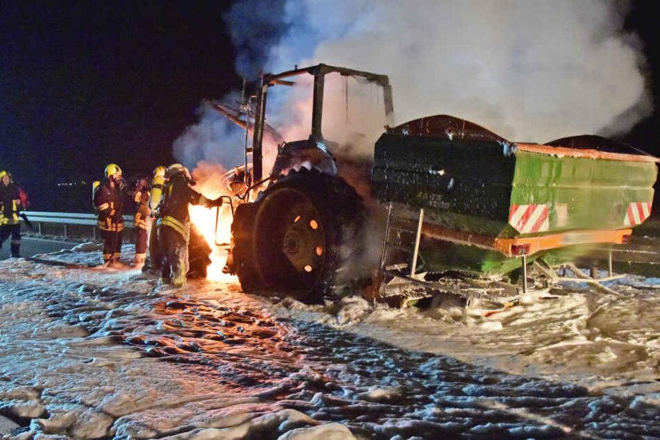 Als das Feuer gelöscht war, blieb von dem Traktor nur ein Gerippe übrig.