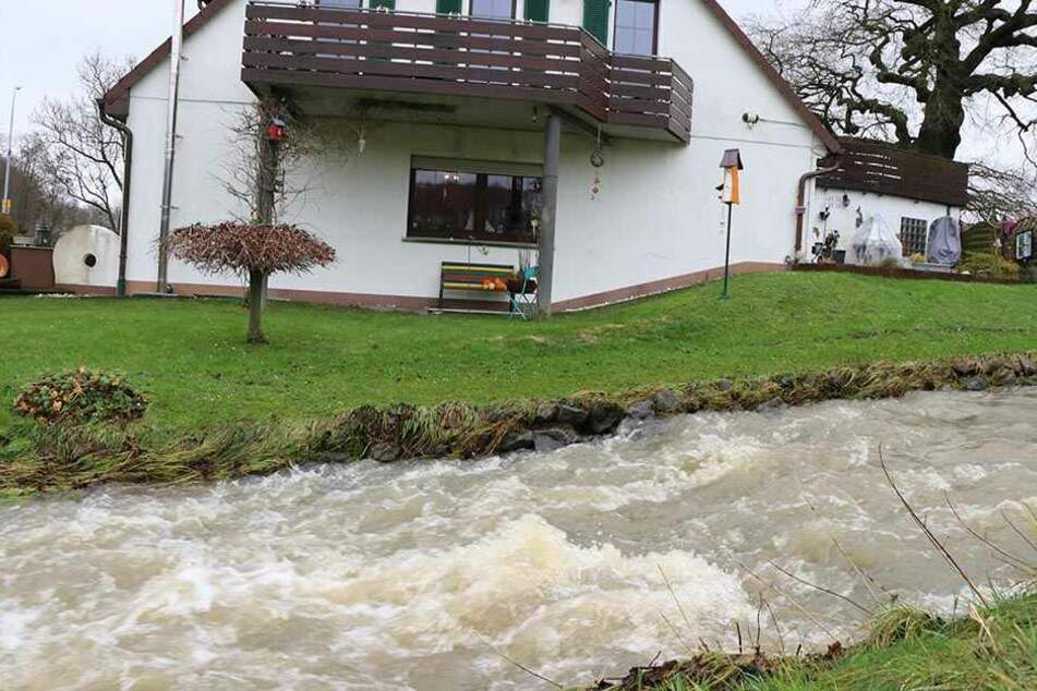 Der Mühlenbach in Spenge stieg über den normalen Pegel und überschwemmte die Nachbarschaft.
