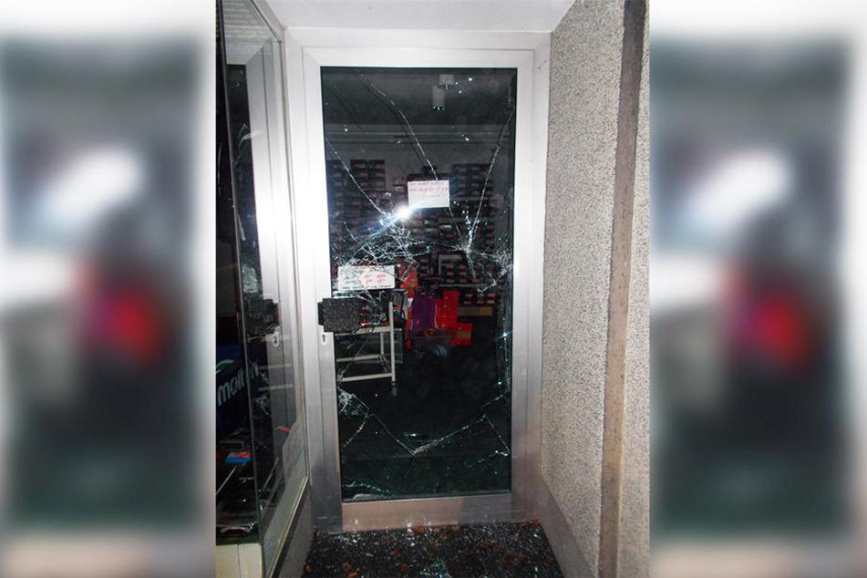 Die Glastür des Sportgeschäfts wurde eingeworfen.