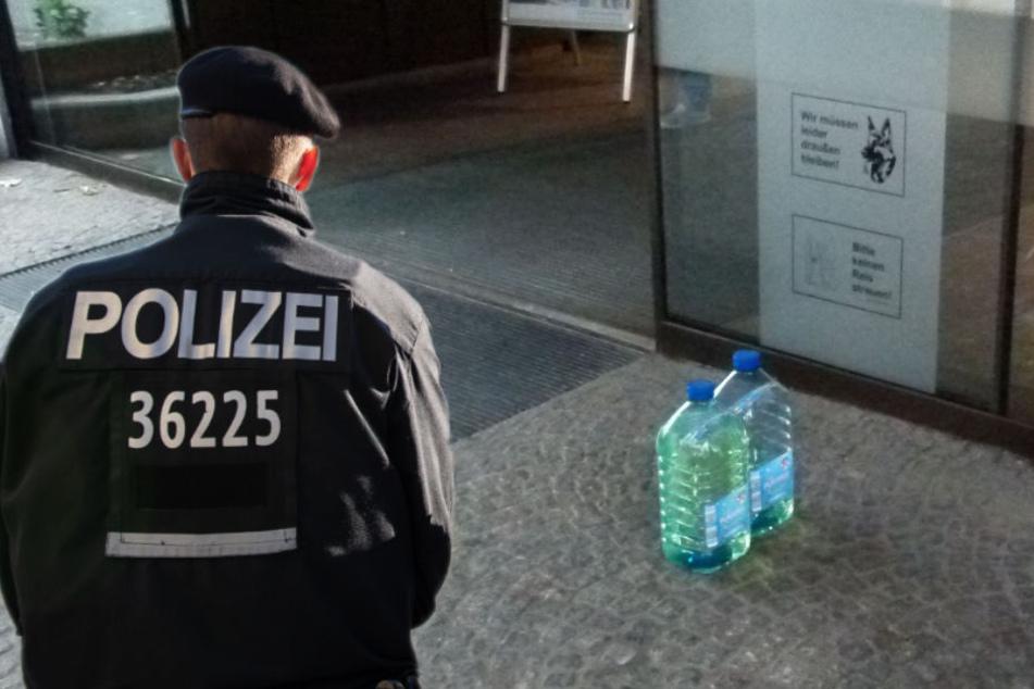 Mitten vor dem Rathaus hatte der 24-Jährige die mit Benzin gefüllten Wasserbehälter abgestellt. (Fotomontage)