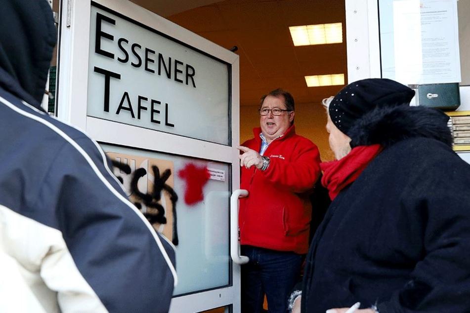 Jörg Sartor, Vorsitzender der Essener Tafel, öffnet die Eingangstüre der Essener Tafel.